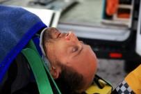 YAĞMURLU - Araçta Sıkışan Yaralıyı AKS Ekipleri Kurtardı
