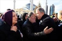 GENELKURMAY BAŞKANI - Bakan Akar'dan Helikopter Kazasında Şehit Olan Semih Özcan'ın Ailesine Taziye Ziyareti