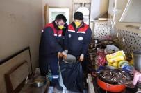 Yalnız Yaşayan Gencin Evinden 5 Kamyon Çöp Çıktı