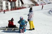 KAYAK MERKEZİ - Palandöken'de Gündüz Kayakta, Gece Eğlence Mekanında Eğlendiler