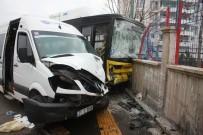 Servis Minibüsü İle Halk Otobüsü Çarpıştı Açıklaması 13 Yaralı