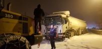 İŞ MAKİNASI - Erzurum'da Etkili Olan Sis Trafik Kazalarına Neden Oldu