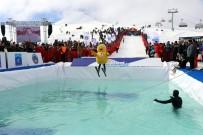 KAYAK MERKEZİ - Farklı Kostümlerle Buz Gibi Suya Atladılar