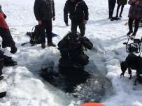 20 DAKİKA - Çıldır Gölünde Testere İle Buzu Kesip Dalış Yaptılar