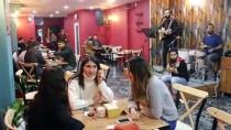 FAKIR BAYKURT - Bu Kafede Müşteriler 'Yazarların Masası'na Konuk Oluyor