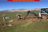 İŞ MAKİNASI - Diyarbakır'da Toprağa Gömülü 75 Dolu Tüp Bulundu