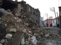 TÜRK KıZıLAYı - Ayvacık'taki Depremin Bilançosu Gün Ağarmasıyla Gözler Önüne Serildi
