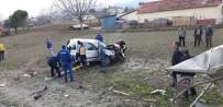 Otobüs Durağına Çarpan Otomobil Tarlaya Yuvarlandı Açıklaması 3 Yaralı