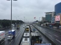 METROBÜS DURAĞI - Bahçelievler'de Metrobüs Kazası Açıklaması 3 Yaralı