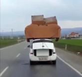 KOLTUK TAKIMI - Otomobilin Üzerinde Koltuk Takımı Taşıdılar