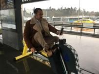 Payitaht Abdülhamit - (Özel) Payitaht Abdülhamid Dizisi Oyuncusu, Metrobüs Durağındaki Bisikletli Şarj Aletiyle Telefonunu Şarj Etti