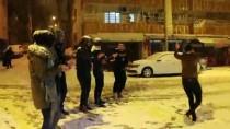 Siirt'te Gençler Kar Yağışını Halay Çekerek Kutladı