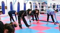 Kadınlar Muay Thai Öğreniyor