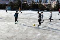 Öğrencilerin Buzlu Zeminde Futbol Keyfi