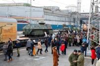 NOVOSIBIRSK - Rus Ordusu Suriye'de Ele Geçirdiği Silahları Şehir Şehir Gezdirip Halka Gösteriyor