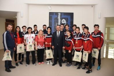 Şampiyon Sporculardan Başkan Ay'a Ziyaret