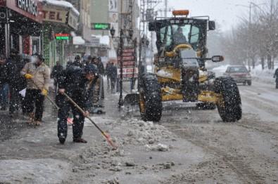 Yüksekova'da Yoğun Kar Yağışına Rağmen Karla Mücadele