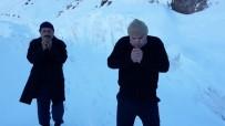 Cenazeye Katılmak İçin 5 Saat Karda Yürüdüler