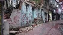 Edremit'te İki Katlı Tarihi Bina Çöktü