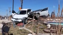 Elazığ'da Çarpışan İki Otomobil Bahçe Duvarına Çıktı
