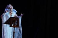 MAVI BONCUK - Emel Sayın İlk Kez Sahnede Seslendirdi, Gözyaşlarını Tutamadı
