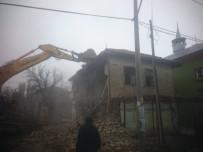HASAN ŞıLDAK - Burdur'da Metruk Binalar Yıkılıyor