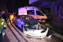 Otomobille Çarpışan Ambulansın Girdiği Bina Sakinleri Deprem Oluyor Sandı