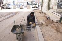 KALDIRIM ÇALIŞMASI - Belediyenin Asfalt Ve Kaldırım Çalışması Başlattı