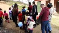 Giyim Ve Kırtasiye Malzemeleriyle Çocukları Sevindiriyorlar