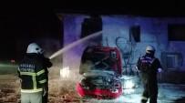 Hurda Otomobilde Çıkan Yangın, Yanındaki Binayı Küle Çeviriyordu