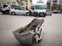 Aksaray'da Servis Minibüsü İle Otomobil Çarpıştı