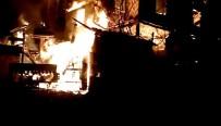 Yangın İki Katlı Ahşap Evi Kül Etti