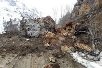Gümüşhane'de Köy Yoluna Devasa Kaya Düştü