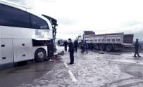 Yolcu Otobüsü Kamyonla Çarpıştı Açıklaması 15 Yaralı