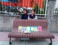 Siirtli Kızlar, Annelerinin Atacağı Kitapları Toplayıp Satmaya Başladı