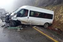 Öğrenci Servisi İle Otomobil Çarpıştı Açıklaması 2 Ölü, 4 Yaralı