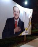 Ataşehir'de Cumhurbaşkanı Erdoğan'ın Fotoğrafının Bulunduğu Billboarda Çirkin Saldırı