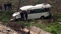 YOLCU TAŞIMACILIĞI - Dolu Sebebiyle Kayganlaşan Yolda Minibüs Devrildi Açıklaması 1 Ölü, 15 Yaralı