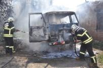YOLCU TAŞIMACILIĞI - Kundaklanan Minibüste Başlayan Yangın Metruk Binaya Sıçradı