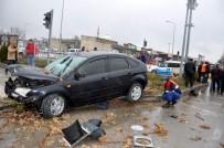 Otomobil Trafik Işıklarına Çarparak Durabildi Açıklaması 3 Yaralı