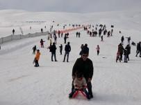 BUZ PATENİ - Çaldıran'da Kar Yağışı Altında Kar Voleybolu