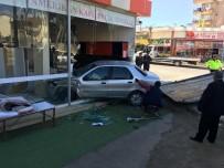 Antalya'da Otomobil İş Yerine Daldı Açıklaması 1 Yaralı