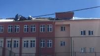 Fırtına Bir Okul İle Çok Sayıda Çatıyı Uçurdu