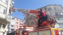 Dumanın Sardığı Binadaki 5 Kişiyi İtfaiye Kurtardı