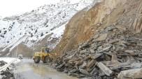 Hakkari-Çukurca Karayoluna Düşen Kayalar Temizlendi