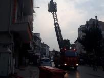 Dumanların Sardığı Binada Mahsur Kalanları İtfaiye Kurtardı