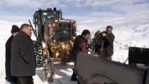 'Kar Panterleri' Yolları Açmak İçin Gece Gündüz Çalışıyor