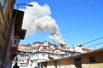 İki Katlı Evde Çıkan Yangın, Üst Katı Ve Çatı Kısmını Küle Çevirdi