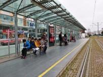 Ortaokul Öğrencilerinden Tramvay İstasyonunda Kitap Farkındalığı