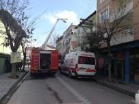 Darıca'da 3 Katlı Binanın Çatısı Alev Alev Yandı